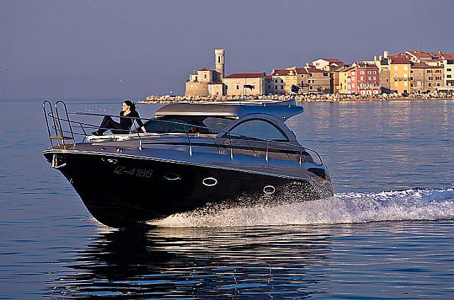 Vizualno lijep ali vrlo nemiran i nestabilan na moru!  MIRAKUL 30 hardtop!